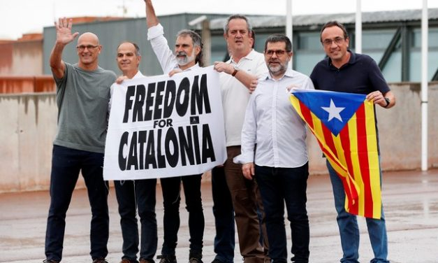 Separatistas catalães que receberam indulto da Espanha saem da prisão e pedem 'liberdade para Catalunha'