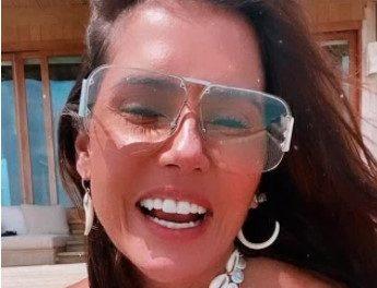 """Deborah Secco renova o bronzeado nas Maldivas com biquíni fininho e para tudo: """"Que corpo!"""""""
