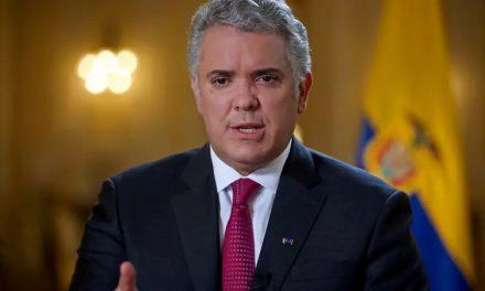 Helicóptero que transportava presidente colombiano é alvejado