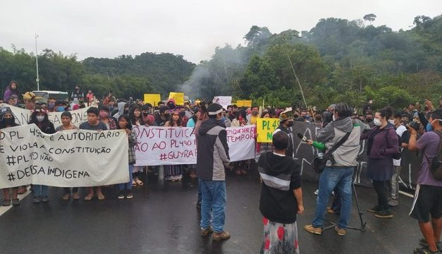 Indígenas protestam na Régis Bittencourt contra projeto que dificulta demarcação de terras