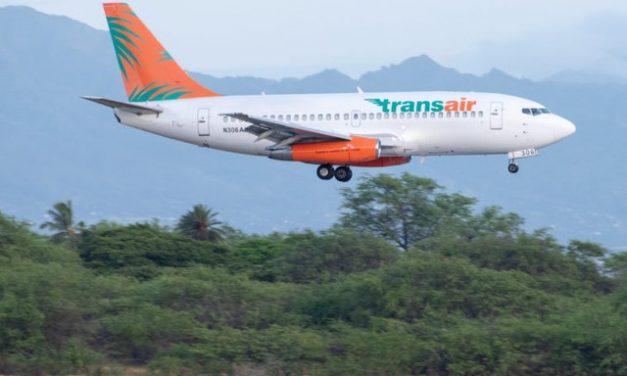 Avião de carga faz pouso de emergência no mar no Havaí