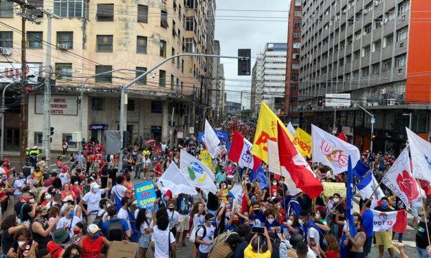 Manifestantes fazem atos contra Bolsonaro e a favor da vacina