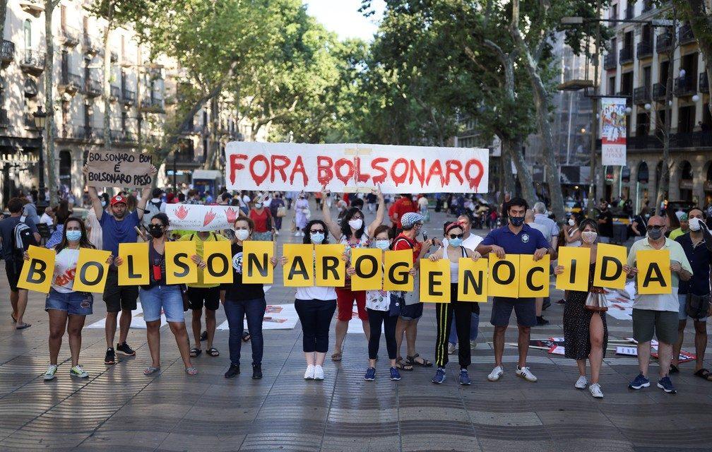 Brasileiros protestam na Europa e 'Fora, Bolsonaro' aparece no Tour de France
