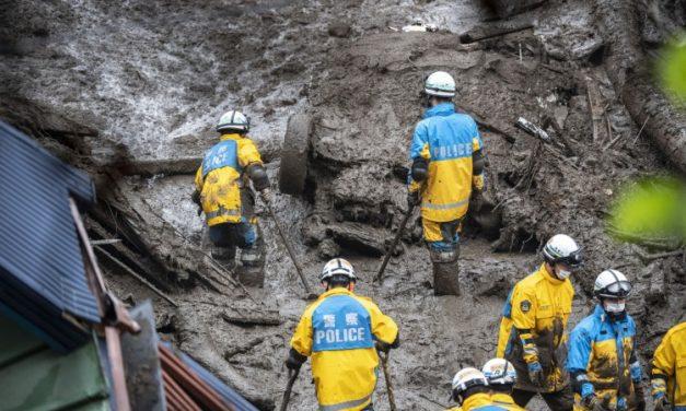 Socorristas buscam sobreviventes após deslizamento no Japão