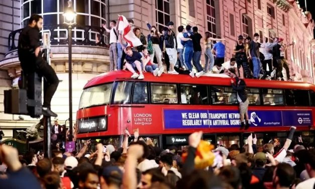Eurocopa 'sem máscara' pode explicar contágio maior em homens e ameaçar reabertura no Reino Unido