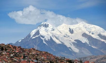 Ônibus cai em precipício e deixa mais de 30 mortos na Bolívia