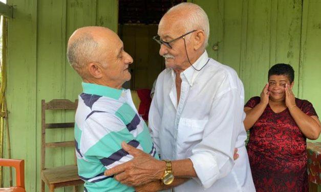 Pai e filho levam 54 anos para se reencontrar em Tailândia
