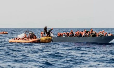 Número de migrantes mortos no mar tentando chegar à Europa dobrou em um ano