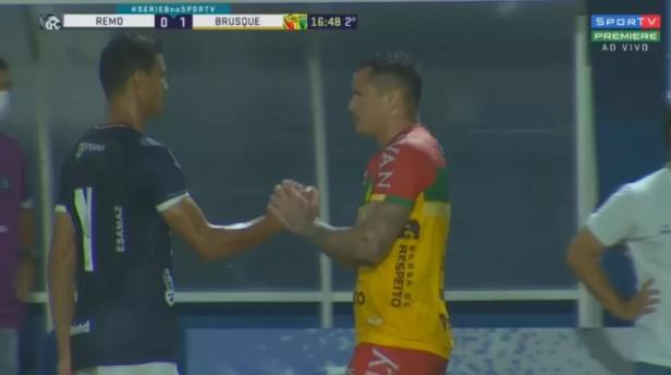 Após gol contra bizarro na Série B, zagueiro recebe o apoio de atacante adversário