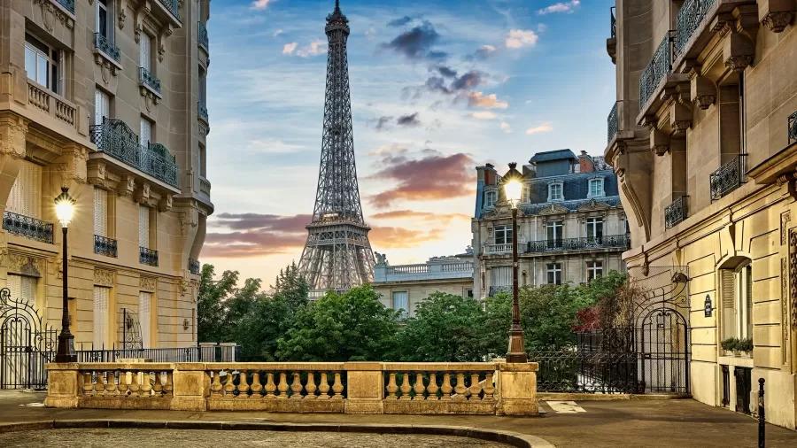 Barcelona restabelece toque de recolher por covid; Torre Eiffel reabre