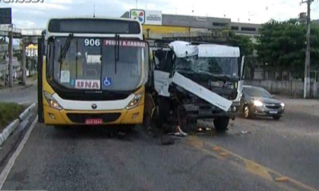 Ônibus e caminhão colidem na avenida Mário Covas, em Ananindeua