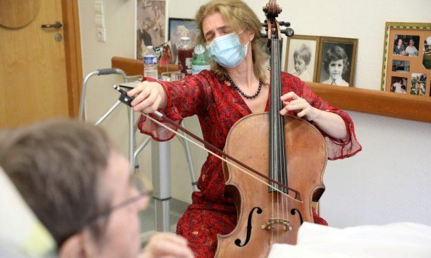 Violoncelista de Paris toca para pacientes terminais: 'Música acalma a dor'