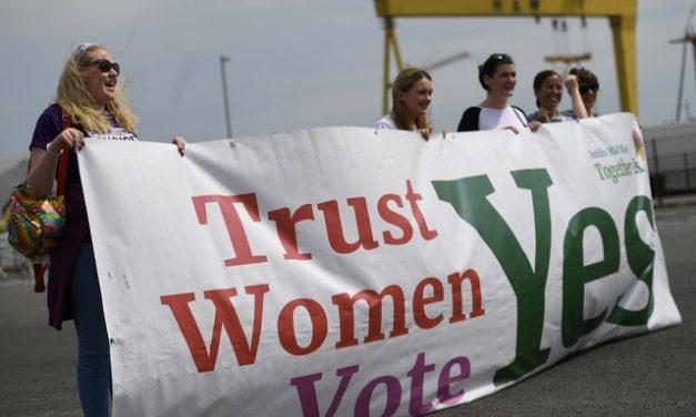 Governo do Reino Unido manda Irlanda do Norte ampliar serviço de aborto