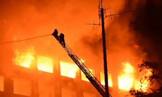 Bombeiros desaparecidos após incêndio em prédio de Porto Alegre são encontrados mortos