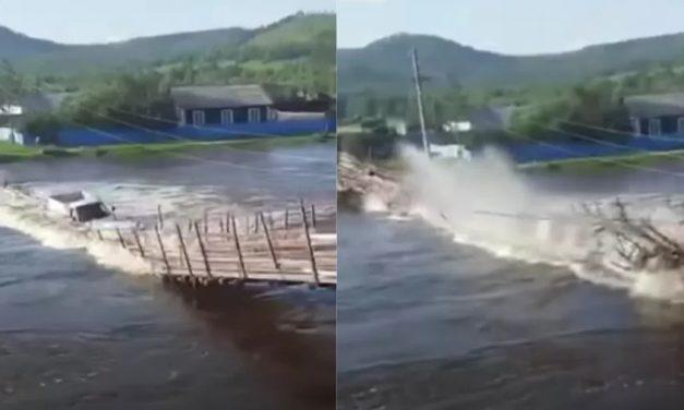 Ponte cede, carro é levado por rio, mas motorista sobrevive; assista