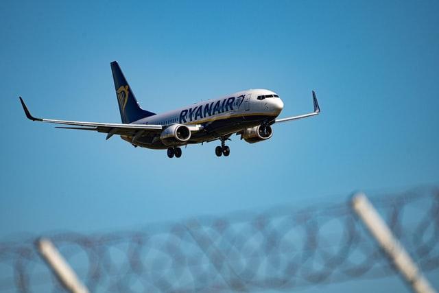 Piloto consegue pousar em 20 minutos, mas passageiro morre após passar mal