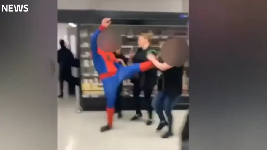 'Homem-Aranha' agride funcionária de supermercado em Londres
