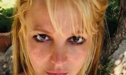 Britney Spears surpreende fãs ao posar de topless com mamilos censurados