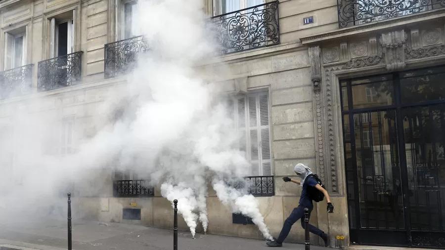 Protesto contra medidas de controle à covid termina em confronto em Paris