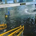 Estação de metrô fica inundada após forte chuva no Reino Unido