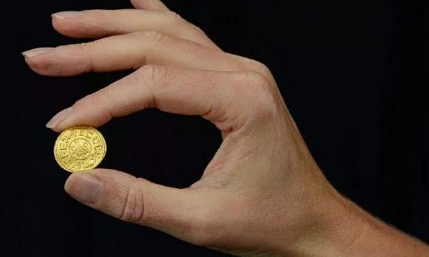 Britânico acha moeda de rei saxão que pode valer até R$ 1,4 milhão
