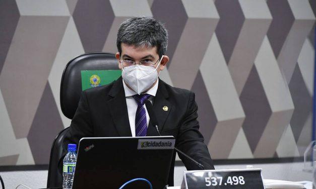 'Dúvida não é se Bolsonaro prevaricou, mas por que prevaricou', diz senador Randolfe Rodrigues