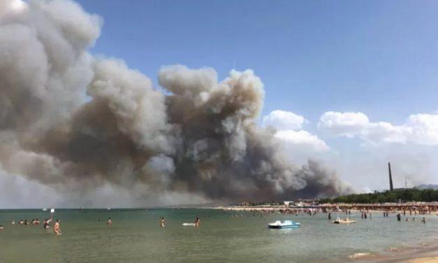 Incêndios na Itália atingem praia e afetam transporte férreo; veja