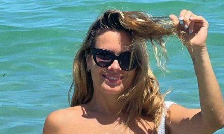 """Em Miami, Carolina Dieckmann abaixa o biquíni no limite e deixa virilha em evidência: """"Espetacular"""""""