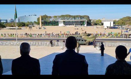 Com blindados na frente do Planalto, Marinha entrega a Bolsonaro convite para exercício militar