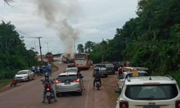 Caminhão pega fogo em ponte de acesso a Barcarena