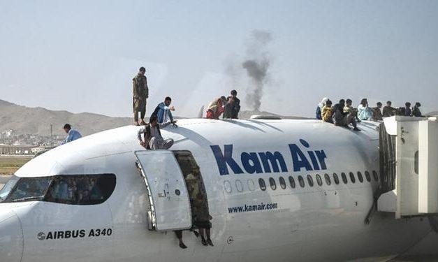 Desespero em aeroporto do Afeganistão: vídeos mostram pessoas caindo de avião em movimento