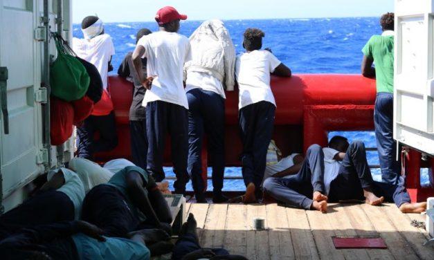 Navios com 379 migrantes no Mediterrâneo pedem porto para desembarcar