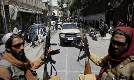 Afegãos protestam no Dia da Independência; há relatos de mortes