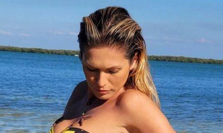 """Nos Estados Unidos, Lívia Andrade puxa maiô no limite e evidencia bumbum GG: """"Sereia saindo do mar"""""""