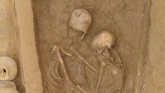 Chamego eterno: pesquisadores encontram na China esqueletos abraçados há 1.500 anos