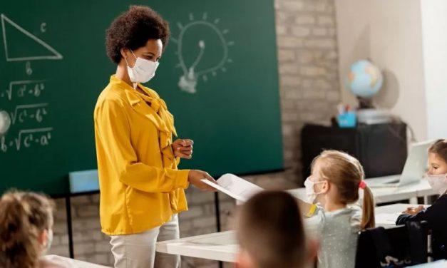 Máscaras e álcool em gel marcam volta às aulas na França