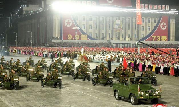 Desfile de aniversário da Coreia do Norte exibiu máquinas, e não armas; veja fotos