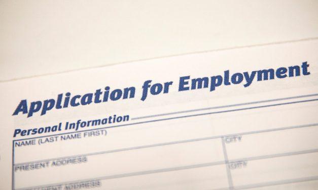 Pedidos de auxílio-desemprego nos EUA caem para mínima em quase 18 meses