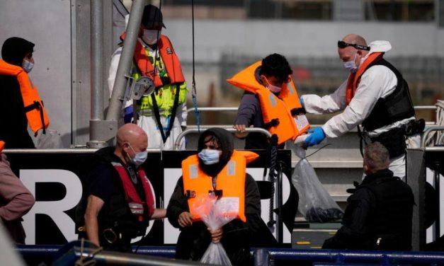 França resgata 126 migrantes em rota para a Inglaterra