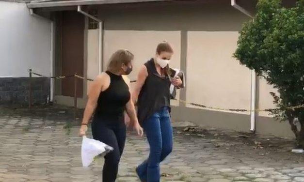 Saída temporária: Suzane e Anna Jatobá deixam presídio; Elize exibe cartaz com mensagem para filha