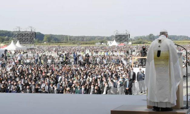 Papa finaliza viagem à Eslováquia com missa para multidão
