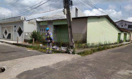 Caminhão quebra poste no bairro da Aldeia em Bragança