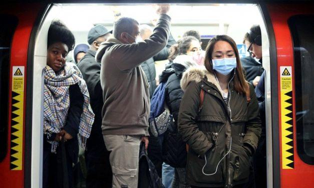 Medo de encostar no corrimão e pegar Covid-19 provoca aumento de registro de quedas no metrô de Londres