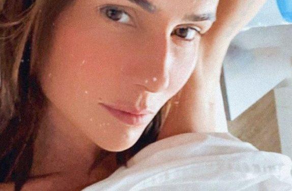"""Deborah Secco pega fãs de surpresa ao posar completamente nua na cama: """"Que mulherão"""""""