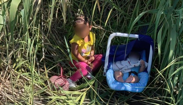 Agentes de fronteira encontram duas crianças abandonadas nos EUA