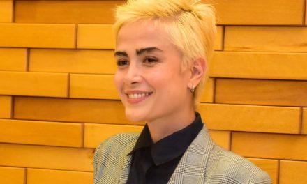 Em pré-estreia, Maria Casadevall faz primeira aparição pública com a namorada, Larissa Mares