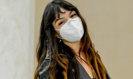 Com vestido recortado, Isis Valverde dá show de simpatia em aeroporto e distribui sorrisos