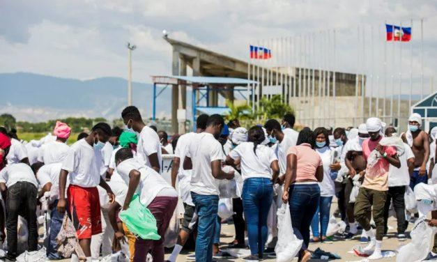 EUA e México retiram imigrantes haitianos de fronteira e Biden sofre mais pressão