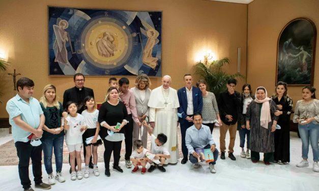 Papa Francisco se encontra com famílias cristãs que fugiram do Afeganistão