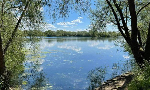 Garota de 13 anos morre afogada ao salvar irmã, de 10 anos, em lago inglês